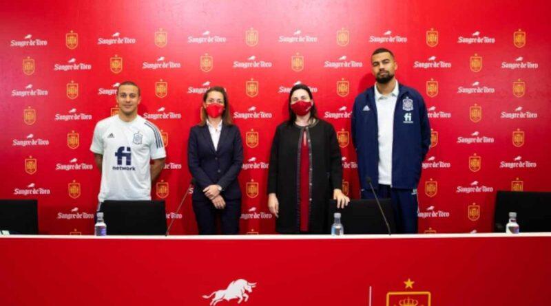 Los jugadores Thiago Alcántara y Robert Sánchez estuvieron en la presentación del patrocinio